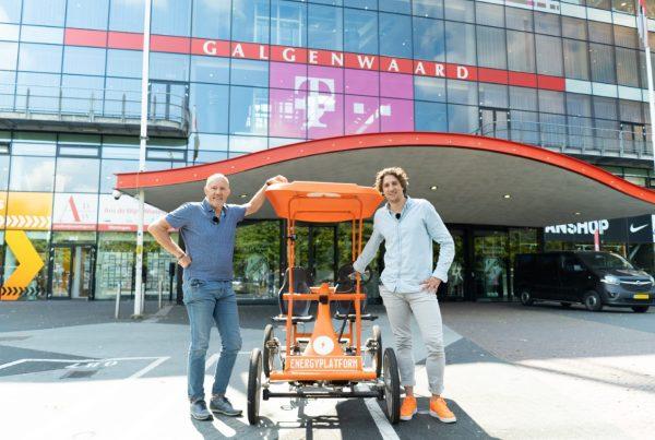 Bert Peeters en Tijs Koedam voor het FC Utrecht Stadion met de Oranje fiets