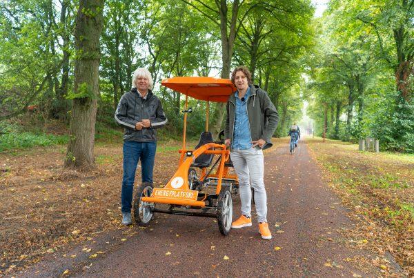 Jan Dekker en Tijs Koedam voor de oranje fiets, voor de aflevering 'Goed voeding is de basis voor vitaliteit'
