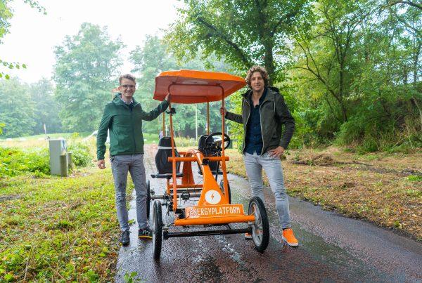 Tijn en Tijs bij de oranje fiets, pratend over wat nu echt gezond is